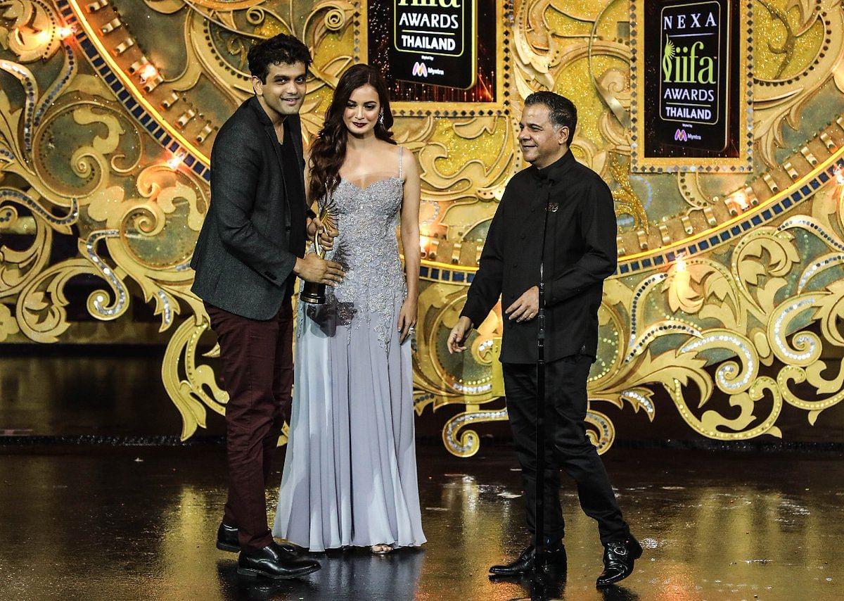 Sahil Sangha and Dia Mirza present the award for Best Story to Amit Masurkar for 'Newton'
