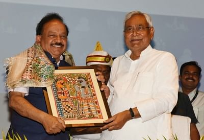 Patna: Bihar Chief Minister Nitish Kumar felicitates Union Science and Technology Minister Harsh Vardhan at East India Climate Change Conclave, in Patna on June 24, 2018. (Photo: IANS)