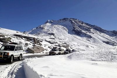 Manali: A view vehicles passing through Rohtang Pass near Manali in Himachal Pradesh. (Photo: IANS)