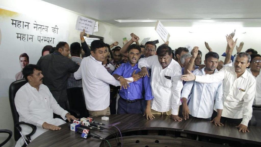 Supporters of Nirav Bakshi disrupt a press conference called by Gujarat Congress President Amit Chavda on 27 June.