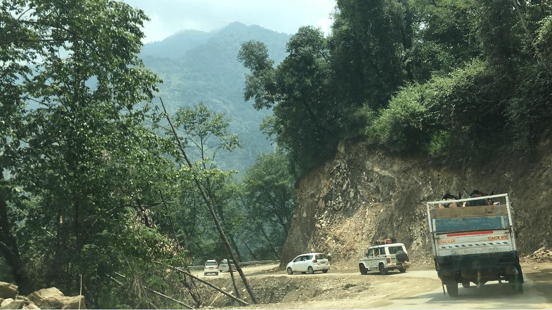 Steep cutting on NH 107 between Sonprayag and Guptkashi.