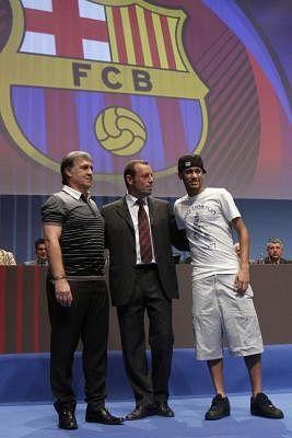 President of Spanish soccer team FC Barcelona, Sandro Rosell (C). EFE/Albert Olive