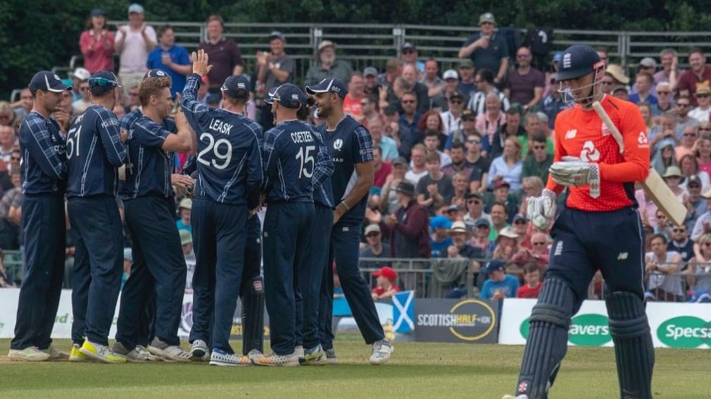 Alex Hales walks off as England crumble chasing 372.