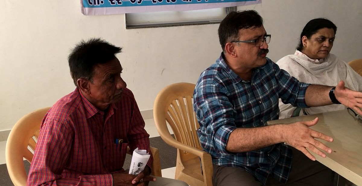 Ashwin Patel sitting with Anand Yagnik during the Nainpur Meeting