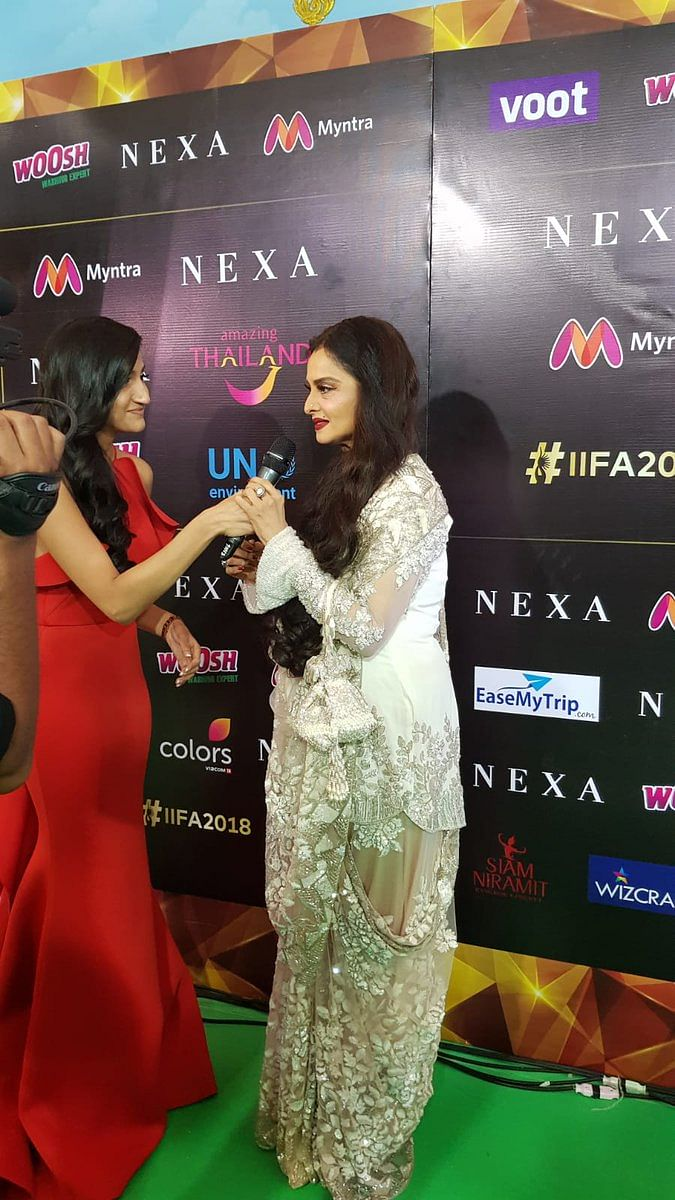 Rekha looks stunning in an Ivory Saree at IIFA 2018 green Carpet