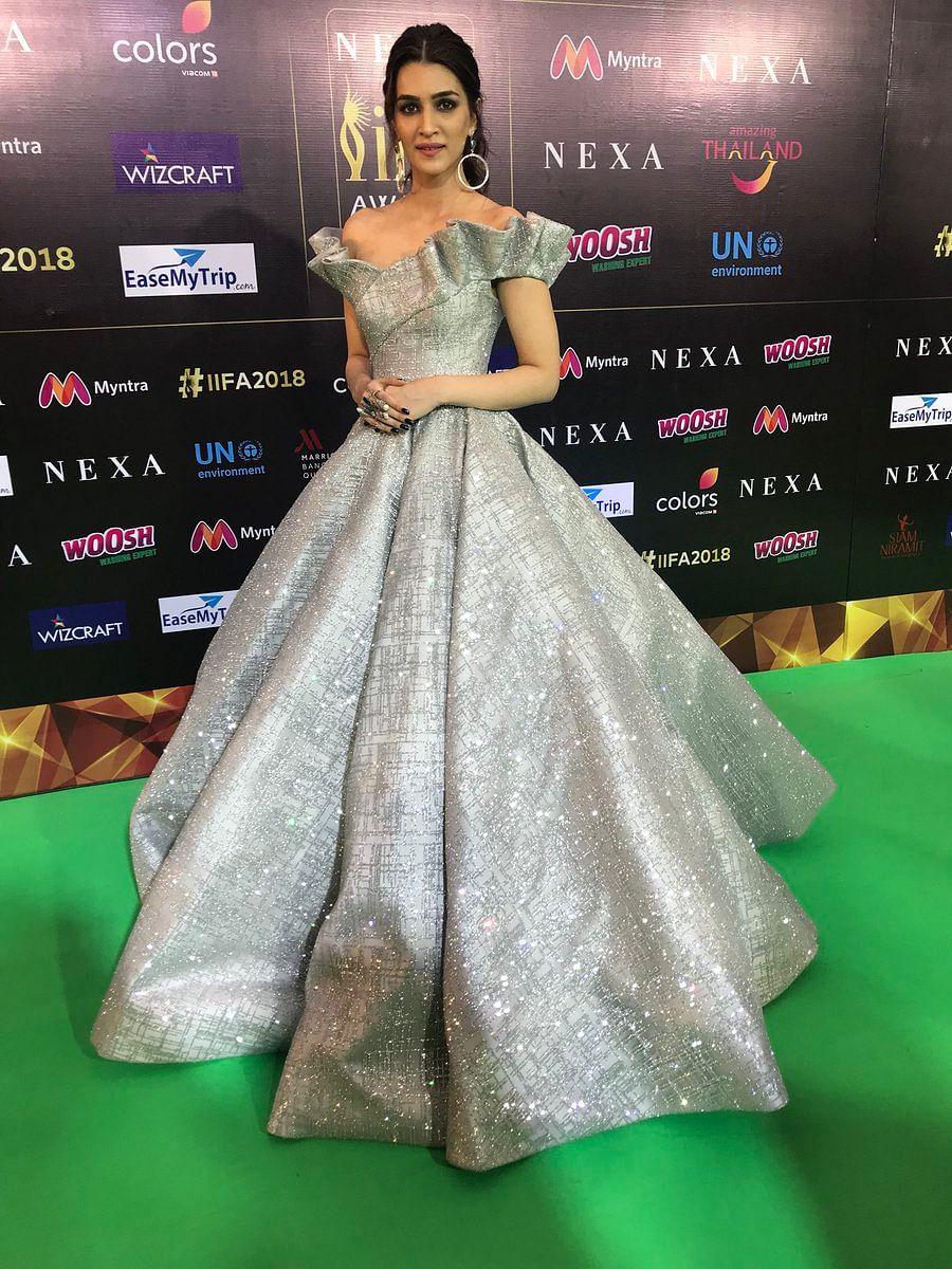 Kriti Sanon stuns in an elaborate silver off-shoulder gown at the IIFA 2018 green carpet.