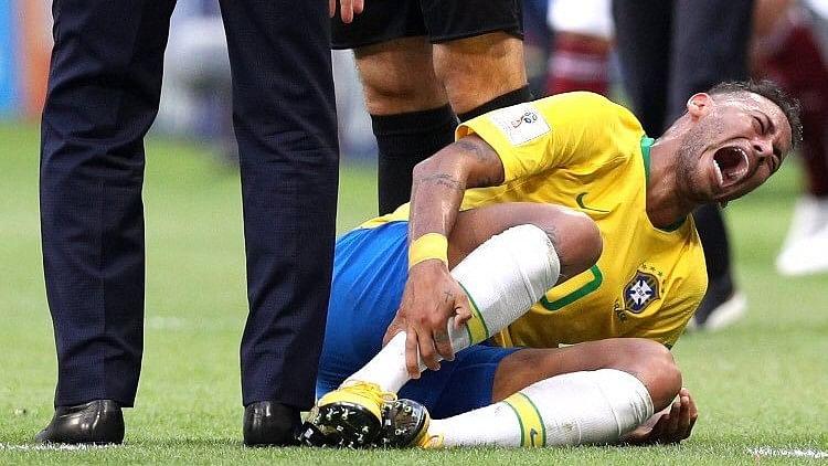 Neymar injured during the game.