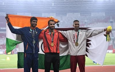 JAKARTA, Aug. 28, 2018 (Xinhua) -- Gold medalist Manjit Singh (C) of India, silver medalist Jinson Johnson (L) of India and bronze medalist Abubaker Abdalla of Qatar pose for photos during the awarding ceremony after men