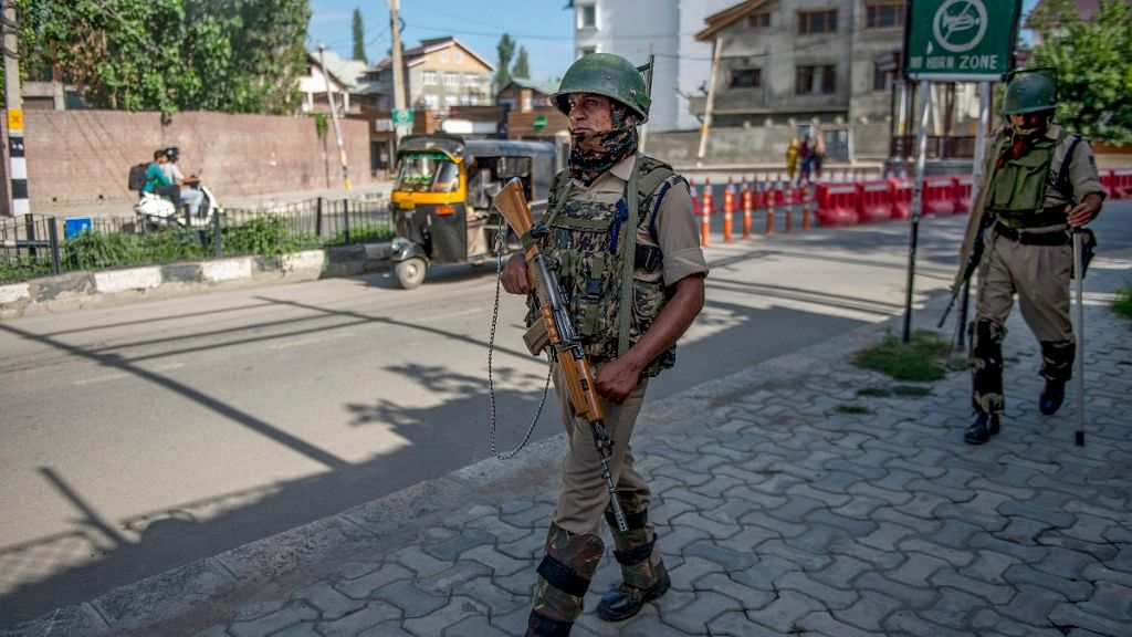 Man 'Thrashed' While  Unfurling Tricolour in Srinagar by Locals