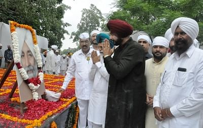 Chandigarh: Punjab Cabinet Minister Navjot Singh Sidhu along with other leaders pay tribute to former chief minister Beant Singh on his martyrdom anniversary in Chandigarh on Aug 31, 2017. (Photo: IANS)