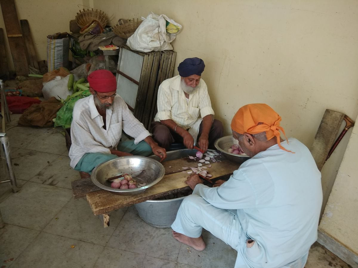 Men volunteers at a food langar.