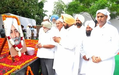 Chandigarh: Punjab Congress President Sunil Jakhar along with other leaders pay tribute to former chief minister Beant Singh on his martyrdom anniversary in Chandigarh on Aug 31, 2017. (Photo: IANS)