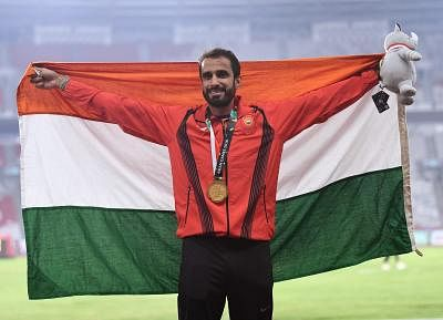 JAKARTA, Aug. 28, 2018 (Xinhua) -- Gold medalist Manjit Singh of India poses for photos during the awarding ceremony after men