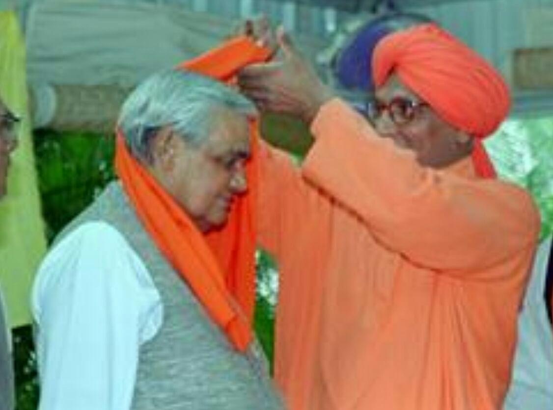 Swami Agnivesh tying a turban on former PM Atal Bihari Vajpayee's head in 2001, ahead of US President Bill Clinton's visit to India.
