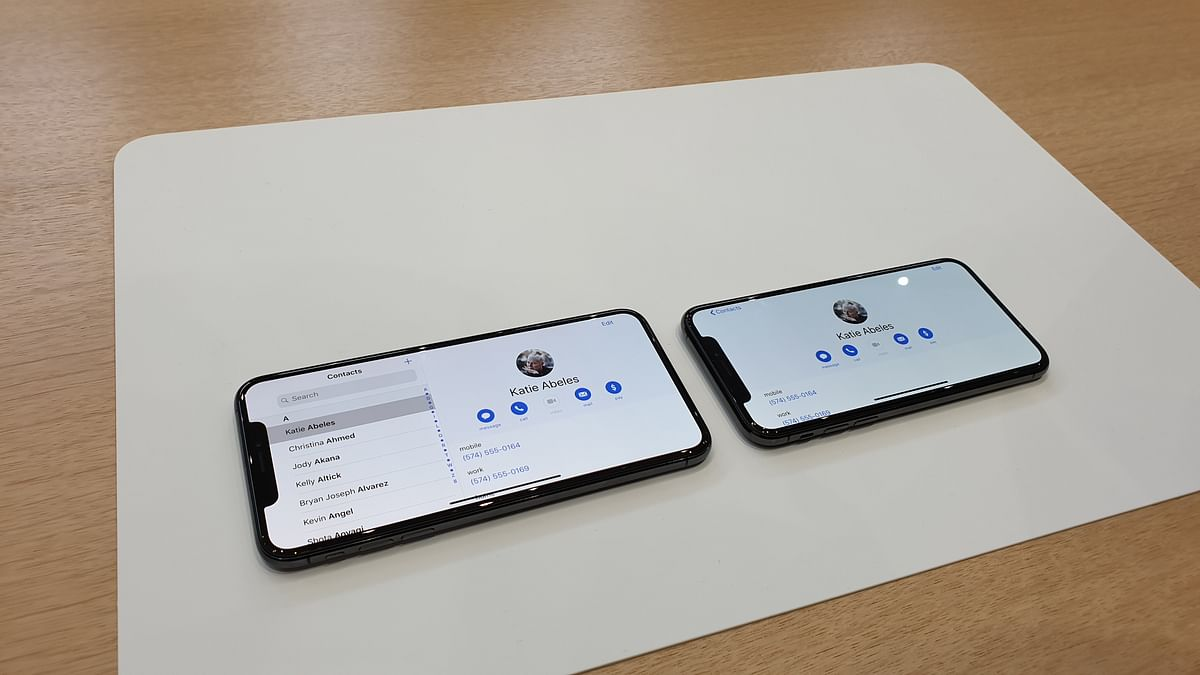 The size difference between iPhone XS and XS Max is visible.