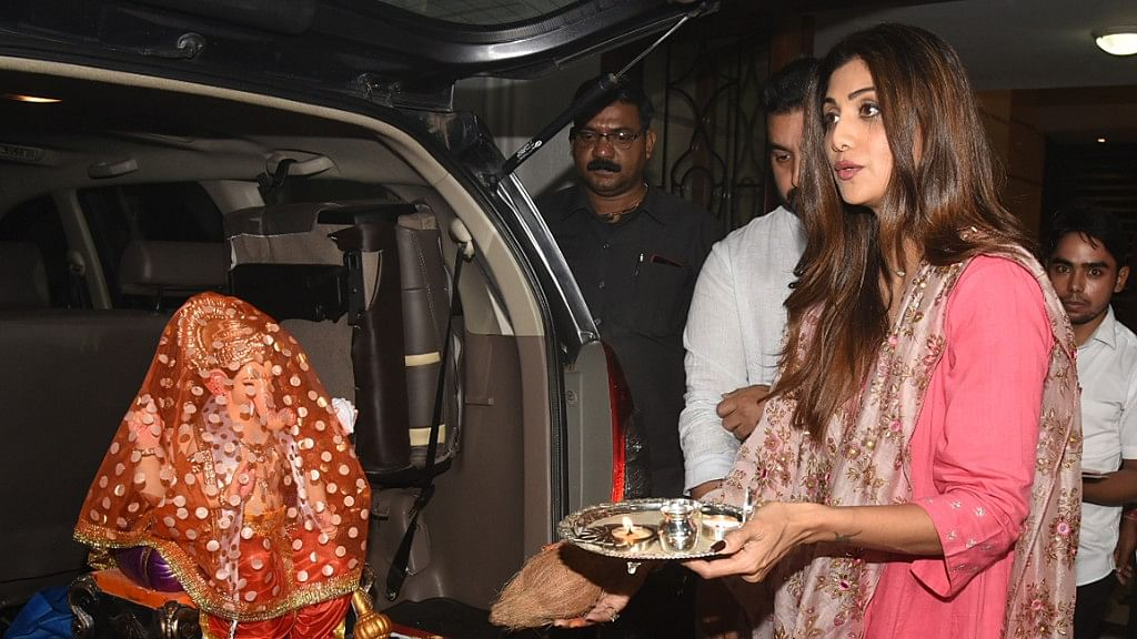 Shilpa Shetty seeks Bappa's blessings.