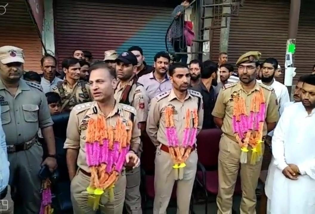 Hundreds of people in Boniyar Uri garlanded SSP Baramulla Imtiyaz Hussain Mir and others of his team that cracked the rape and murder case of a nine-year-old girl.