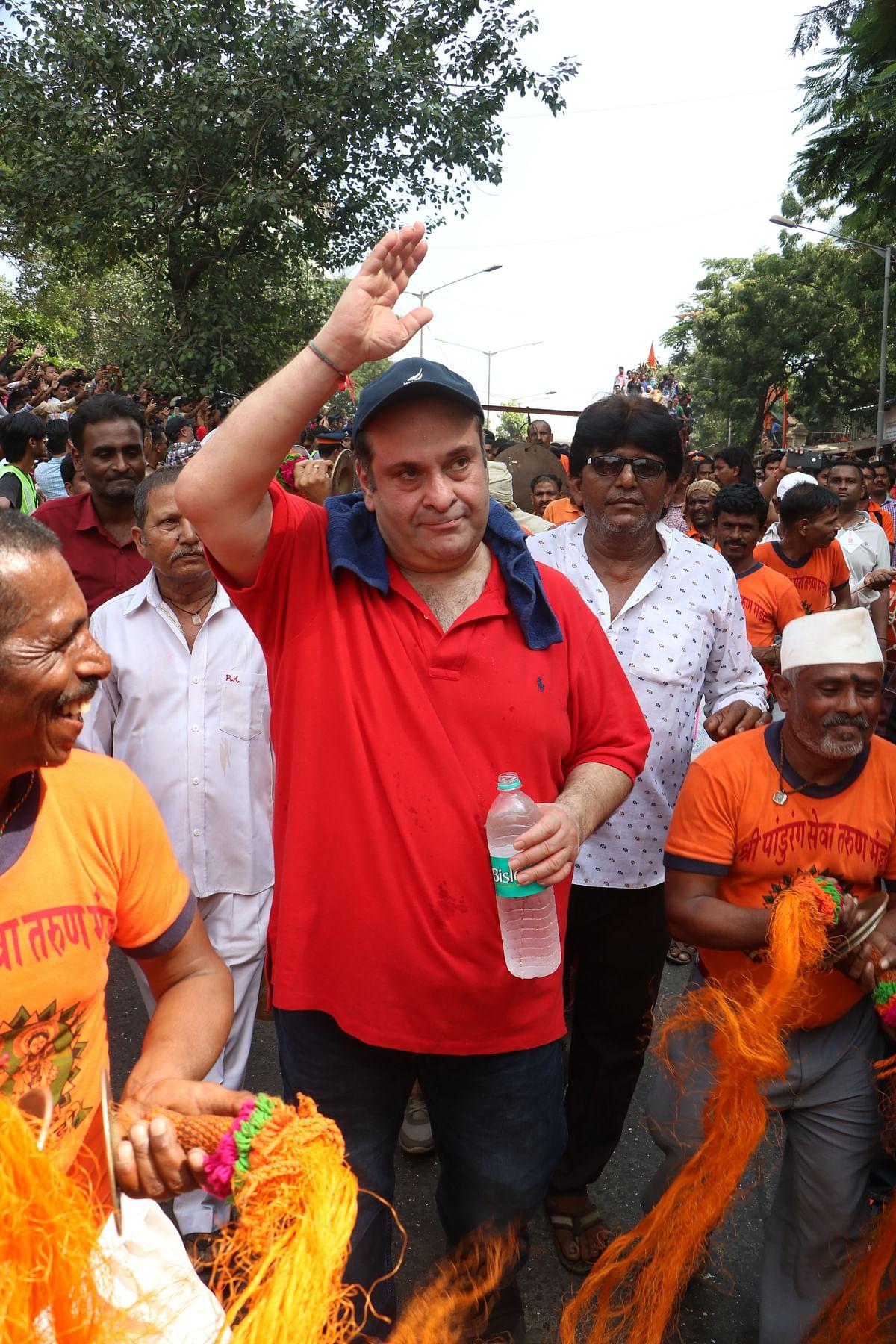 Rajiv Kapoor joins the procession.