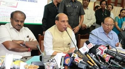 Bengaluru: Union Home Minister Rajnath Singh addresses at the 28th Meeting of the Southern Zonal Council, in Bengaluru on Sept 18, 2018. Also seen Karnataka Chief Minister H.D. Kumaraswamy. (Photo: IANS/PIB)