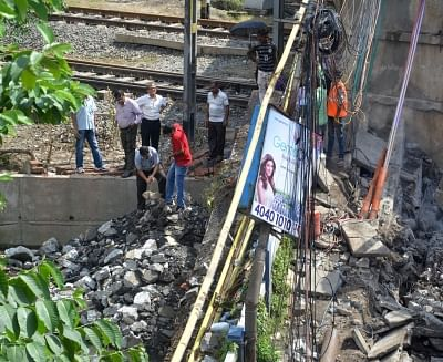 Kolkata: Members of a forensic team during their visit to the site where a portion of the Majerhat bridge had collapsed, in Kolkata on Sept 8, 2018. (Photo: IANS)