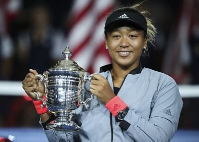 NEW YORK, Sept. 9, 2018 (Xinhua) -- Naomi Osaka of Japan holds up the trophy during the awarding ceremony after winning the women