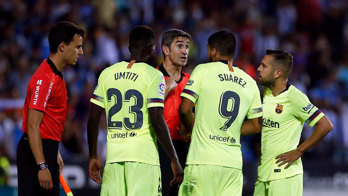 FC Barcelona´s Luis Suarez, second right, argues with referee Undiano Mallenco, center, during the Spanish La Liga soccer match between Leganes and FC Barcelona at the Butarque stadium in Leganes, Spain, Wednesday, Sept. 26, 2018.