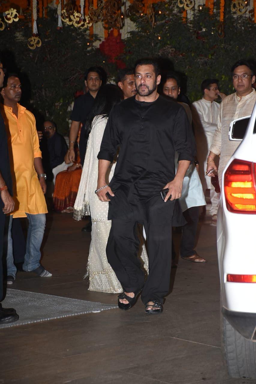 Salman Khan arrives to seek Bappa's blessings.