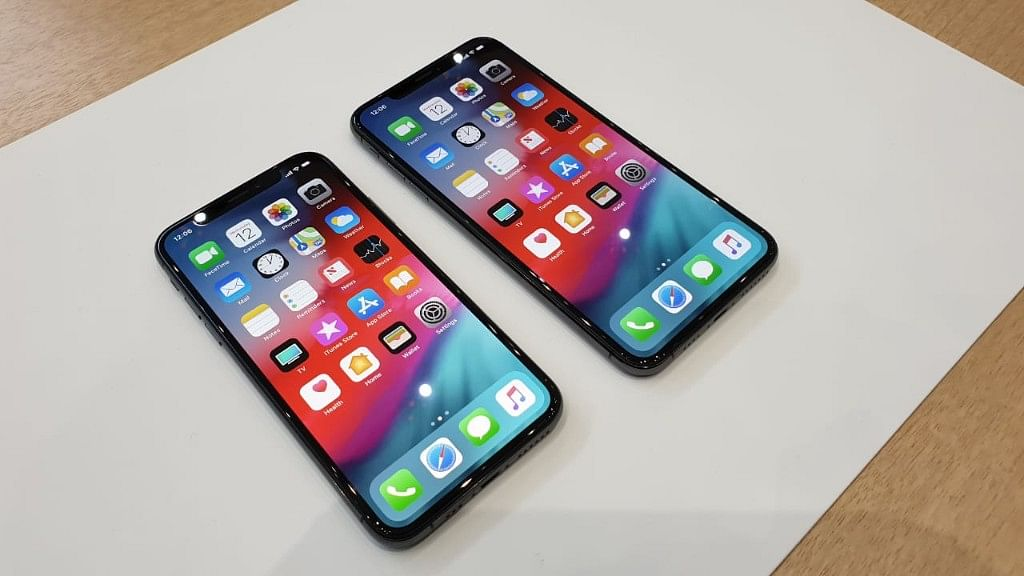 iPhone XS (left) and iPhone XS Max (right)