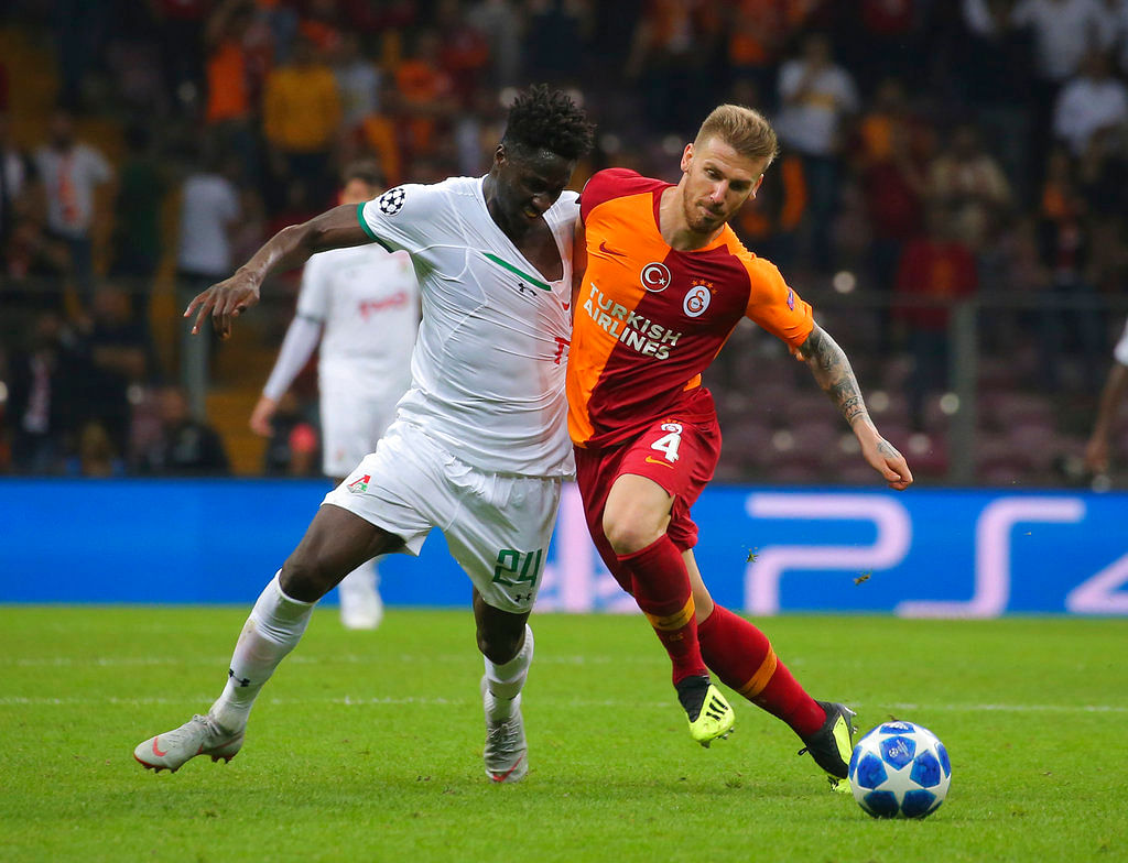 Galatasaray's defender Serdar Aziz, right, and Lokomotiv Moscow forward Eder, left, fight for the ball during a Champions League match.