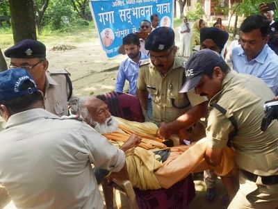Haridwar: IIT Kanpur Professor GD Agrawal aka Swami Gyan Swaroop Sanand, being taken to a hospital by police personnel as his health deteriorated after fasting unto death for 112 days for the conservation of river Ganga, from Matri Sadan in Haridwar on Oct 11, 2018. (Photo: IANS)