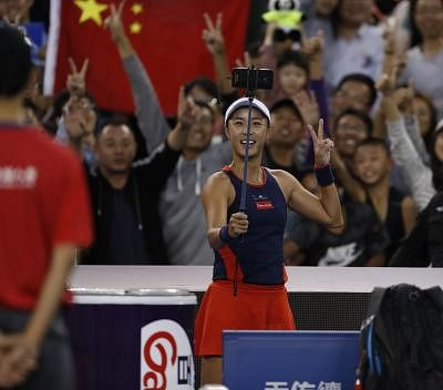 BEIJING, Oct. 2, 2018 (Xinhua) -- Wang Qiang of China takes a selfie with spectators after the women