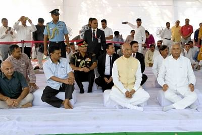 New Delhi: President Ram Nath Kovind along with Delhi Speaker Ram Niwas Goel, Chief Minister Arvind Kejriwal and Deputy Chief Minister Manish Sisodia during a programme organsied at Rajghat to pay tribute to Mahatma Gandhi on Gandhi Jayanti in New Delhi, on Oct 2, 2018. (Photo: IANS/RB)