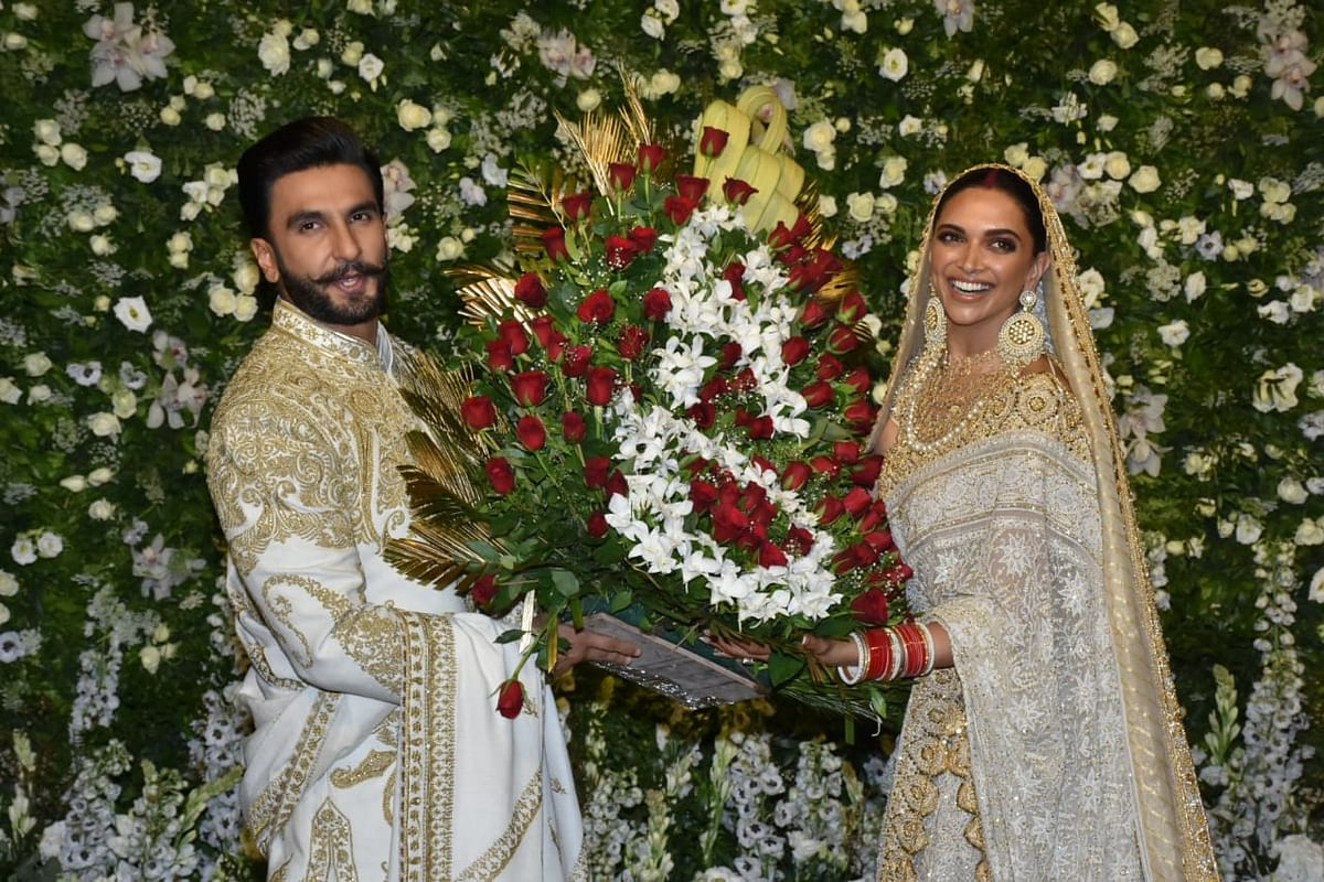 Ranveer and Deepika pose for the paps with a beautiful bouquet.