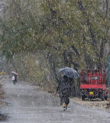 Srinagar: Srinagar witnesses fresh snowfall. (Photo: IANS)