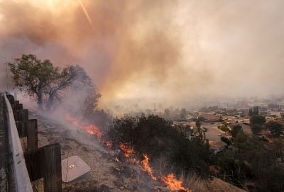 SIMI VALLEY, Nov. 13, 2018 (Xinhua) --  Wildfire burns at a hillside near a freeway in Simi Valley, California, the United States on Nov. 12, 2018. The fire in Southern California continued to destroy homes.  (Xinhua/Zhao Hanrong/IANS)