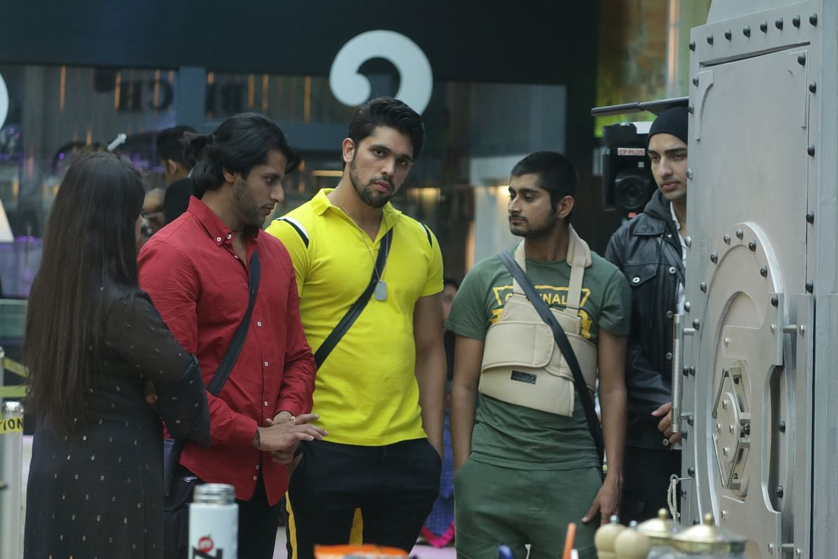 The contestants plan their next move for the challenge