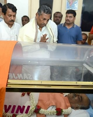 Bengaluru: Former Union Minister and Congress MP K.H. Muniyappa pays his last respects to Union Parliamentary Affairs Minister Ananth Kumar who passed away at a private hospital due to multiple organ failure, at his residence and home-office at Basavangudi in Bengaluru on Nov 12, 2018. (Photo: IANS)