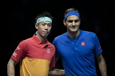 LONDON, Nov. 12, 2018 (Xinhua) -- Roger Federer (R) of Switzerland poses with Kei Nishikori of Japan ahead of the men