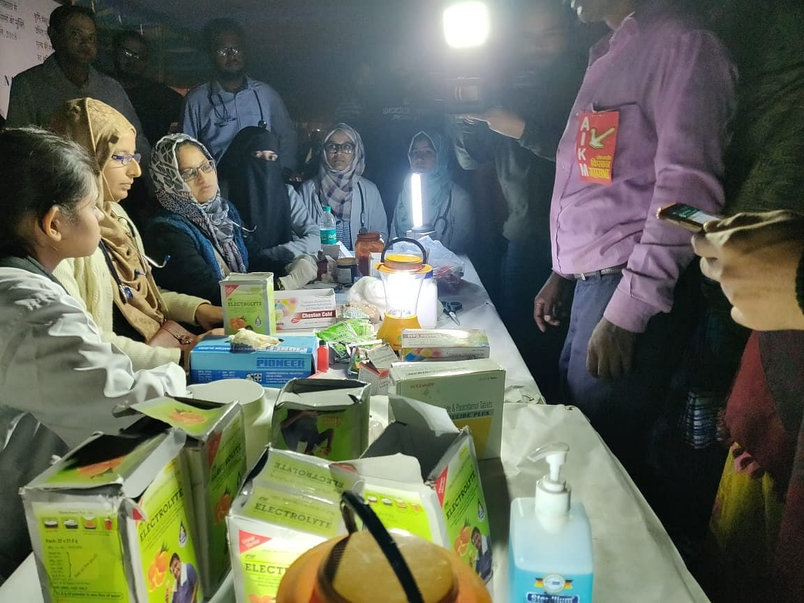 Doctors from AIIMS Delhi and AMU Delhi attend to the farmers at Ramlila Maidan.