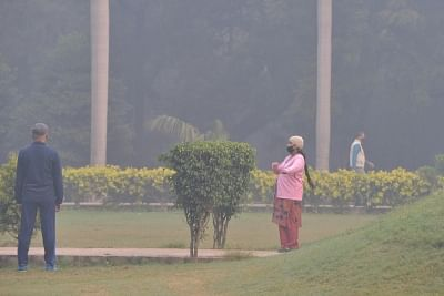 People wear masks to protect himself from pollution as smog engulfs New Delhi. (Photo: IANS)