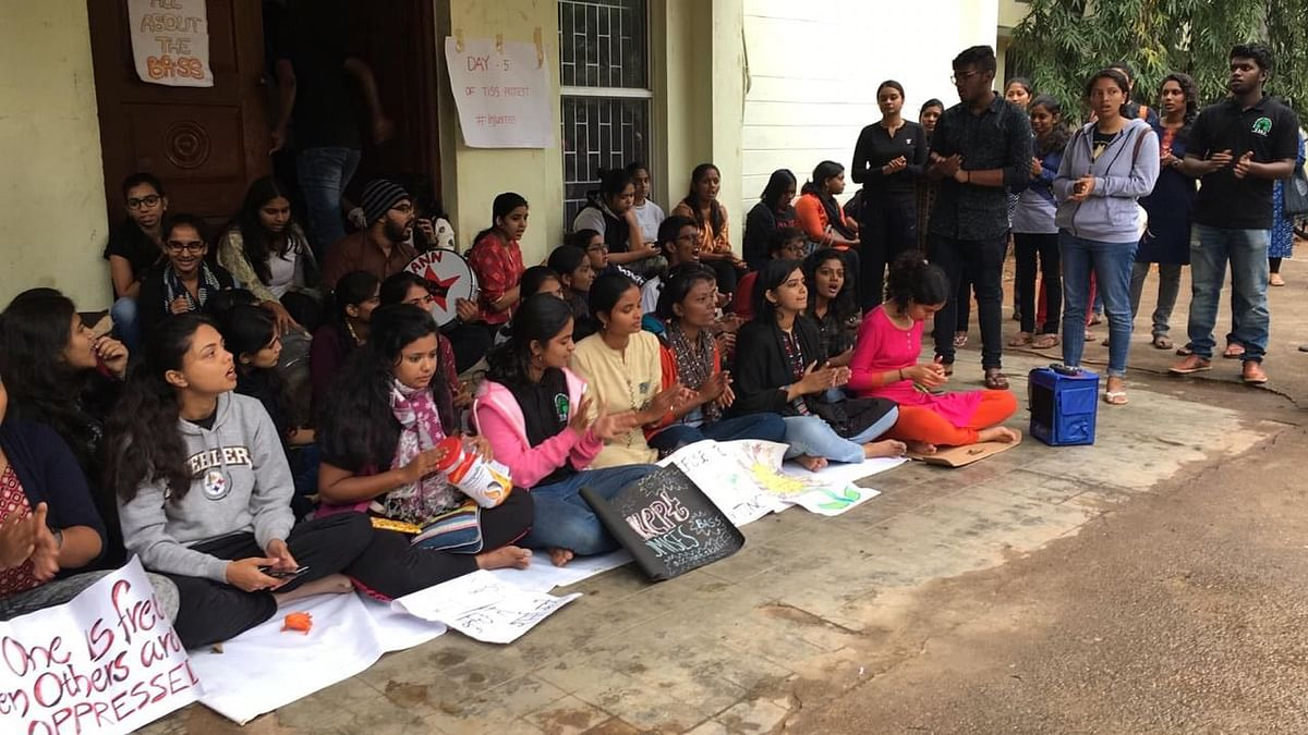 A student's collective was formed and an indefinite protest by the boycott of lectures was called from 10 December.