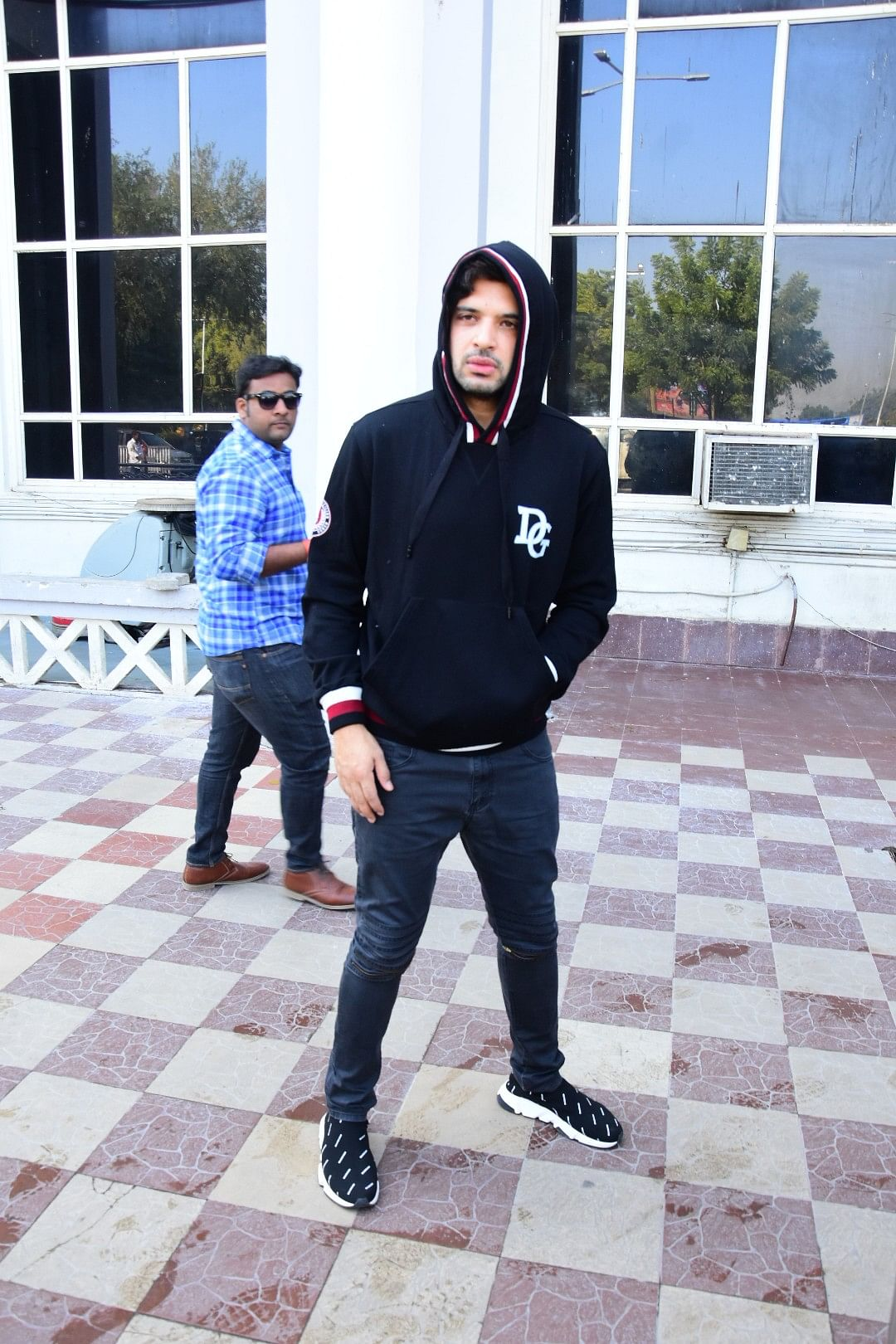 Actor Karan Kundra poses for the cameras at the airport.