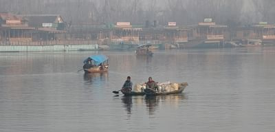 Srinagar: Boatmen row their boats through the chilled waters of the Dal lake on a foggy winter morning in Srinagar, on Dec 26, 2018. (Photo: IANS)