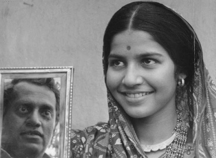 Utpal Dutt and Suhasini Mulay in <i>Bhuvan Shome</i>.