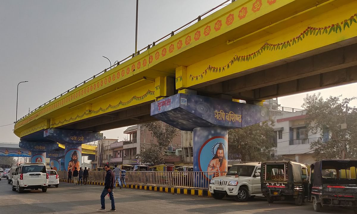 Insignia of 'Om' painted on a flyover.