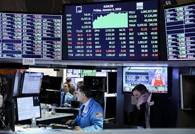 NEW YORK, Jan. 4, 2019 (Xinhua) -- Traders work at the New York Stock Exchange in New York, the United States, Jan. 4, 2019. U.S. stocks closed sharply higher on Friday, finishing the week on a high note, after tech stocks surged, job market retained strength and U.S. Federal Reserve chair hinted at slower monetary tightening. The Dow Jones Industrial Average closed 746.94 points, or 3.29 percent, dramatically higher to 23,433.16. The S&P 500 jumped up 84.05 points, or 3.43 percent, to 2,531.94.