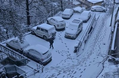 Shimla: A view of snow covered vehicles after a fresh snowfall in Himachal Pradesh