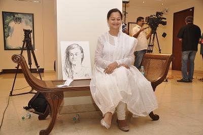 Mumbai: Actor Zarina Wahab during Amole Palekar painting exhibition at Gallery Art and Soul, in Mumbai on Dec 7, 2014. (Photo: IANS)