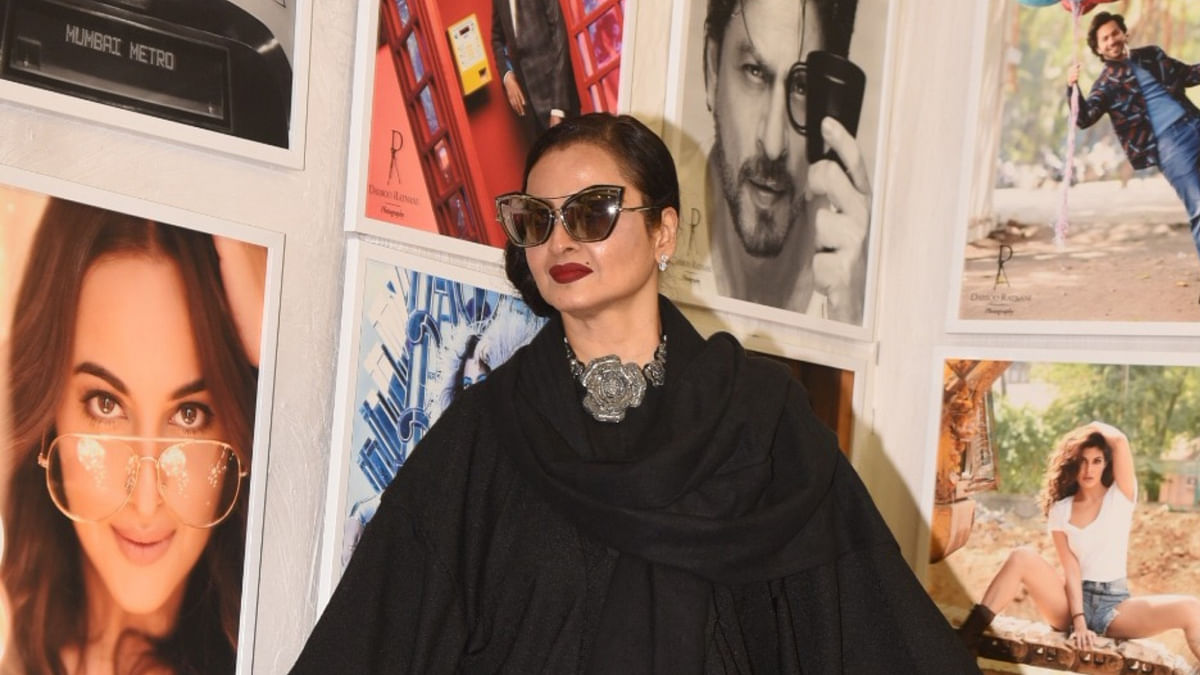 Watch: Here's How Rekha Reacted to Posing Next to Amitabh Bachchan