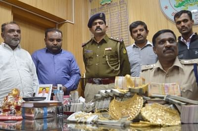 Bengaluru: Syed Riyaz, 49 and Syed Sher Ali 28, who were arrested with 6kg of sandalwood and unaccounted cash of Rs 35 lakh from their residence in Kattigenahalli being produced before a press in Bengaluru on Jan 5, 2019. (Photo: IANS)